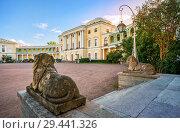 Купить «Дворец в Павловске и статуи львов Palace in Pavlovsk and statues of lions», фото № 29441326, снято 23 сентября 2018 г. (c) Baturina Yuliya / Фотобанк Лори