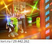 Купить «Kids and parents with laser guns in beams», фото № 29442262, снято 6 июня 2018 г. (c) Яков Филимонов / Фотобанк Лори