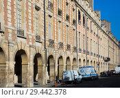 Купить «House with arcades on Place des Vosges, Paris», фото № 29442378, снято 10 октября 2018 г. (c) Яков Филимонов / Фотобанк Лори