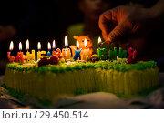 Купить «День рождения. Женщина зажигает свечи на праздничном торте», эксклюзивное фото № 29450514, снято 6 октября 2018 г. (c) Игорь Низов / Фотобанк Лори
