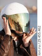 Купить «Голова мотоциклистки в мотоциклетном шлеме с опущенным зеркальным визором», фото № 29455462, снято 30 апреля 2018 г. (c) Кекяляйнен Андрей / Фотобанк Лори