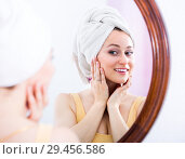 Купить «Young woman looking in the mirror», фото № 29456586, снято 5 июля 2020 г. (c) Яков Филимонов / Фотобанк Лори