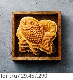 Купить «Японский десерт рыбка Тайяки в деревянном ящике», фото № 29457290, снято 21 ноября 2018 г. (c) Лисовская Наталья / Фотобанк Лори