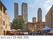 Купить «Торри-деи-Сальвуччи (Torri dei Salvucci) или Башни Сальвуччи — башни-близнецы, Торре Роньоза (Torre Rognosa), или Часовая башня (Torre dell'Orologio) или Башня подесты (Torre del Podestà) на Пьяцца-дель-Дуомо (Piazza del Duomo) или Соборная площадь. Сан-Джиминьяно. Италия», фото № 29466358, снято 15 сентября 2018 г. (c) Сергей Афанасьев / Фотобанк Лори