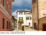 Street in the town of San Quirico d'orcia, Tuscany, Italy (2014 год). Стоковое фото, фотограф Наталья Волкова / Фотобанк Лори