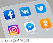 Социальные сети. Иконки Facebook, Вконтакте, Twitter, Instagram, Facebook Messenger и Одноклассники на экране телефона (2018 год). Редакционное фото, фотограф E. O. / Фотобанк Лори
