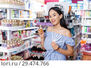 Купить «Girl with testers in perfumery, choosing perfume in cosmetic shop», фото № 29474766, снято 21 июня 2018 г. (c) Яков Филимонов / Фотобанк Лори