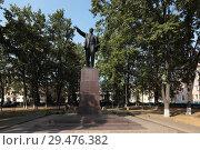 Купить «Памятник Ленину в сквере перед администрацией  в Воскресенске», эксклюзивное фото № 29476382, снято 8 сентября 2018 г. (c) Дмитрий Неумоин / Фотобанк Лори