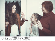 Купить «Happy mother saying goodbye to daughter with grandma», фото № 29477302, снято 25 ноября 2017 г. (c) Яков Филимонов / Фотобанк Лори