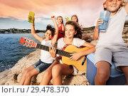 Excited teens having picnic at the seaside. Стоковое фото, фотограф Сергей Новиков / Фотобанк Лори