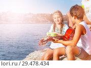 Купить «Young band playing music outdoors in summer», фото № 29478434, снято 22 июля 2018 г. (c) Сергей Новиков / Фотобанк Лори