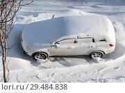 Купить «Вид сверху на белый автомобиль, покрытый снегом после метели», фото № 29484838, снято 27 ноября 2018 г. (c) А. А. Пирагис / Фотобанк Лори