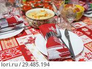 Купить «Новогодний стол, крупный план», фото № 29485194, снято 31 декабря 2017 г. (c) Кекяляйнен Андрей / Фотобанк Лори
