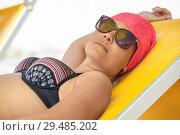 Купить «Женщина в солнечных очках загорает на лежаке», фото № 29485202, снято 23 июля 2018 г. (c) Кекяляйнен Андрей / Фотобанк Лори