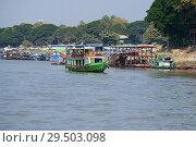 Купить «Утро в речном порту города Мандалай. Мьянма», фото № 29503098, снято 21 декабря 2016 г. (c) Виктор Карасев / Фотобанк Лори