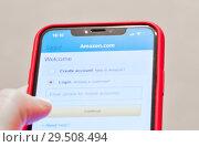 Купить «Регистрация в мобильной версии Amazon.com. Смартфон в руке», фото № 29508494, снято 1 декабря 2018 г. (c) Екатерина Овсянникова / Фотобанк Лори