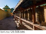 Молитвенные колеса возле монастыря Гандантэгченлин в Улан-Баторе (2018 год). Стоковое фото, фотограф Евгений Прокофьев / Фотобанк Лори