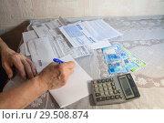 Заполнение квитанций (2018 год). Редакционное фото, фотограф Владимир Судник / Фотобанк Лори