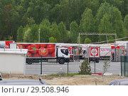 """Купить «Грузовик """"Красное & Белое"""" въезжает на базу», фото № 29508946, снято 2 июня 2018 г. (c) Нина Карымова / Фотобанк Лори"""