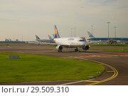 Самолет Airbus A319-114 (D-АИЛН) авиакомпании Lufthansa на рулении в аэропорту Схипхол ранним сентябрьским  утром. Амстердам (2017 год). Редакционное фото, фотограф Виктор Карасев / Фотобанк Лори
