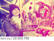 Купить «Teenage girl shopping at festive fair before Xmas», фото № 29509790, снято 12 декабря 2016 г. (c) Яков Филимонов / Фотобанк Лори