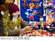 Купить «Teenage girl shopping at festive fair before Xmas», фото № 29509802, снято 12 декабря 2016 г. (c) Яков Филимонов / Фотобанк Лори