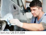 Купить «auto repairman plastering autobody bonnet», фото № 29511034, снято 5 сентября 2018 г. (c) Дмитрий Калиновский / Фотобанк Лори
