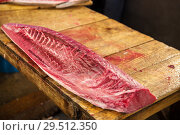 Купить «fresh tuna fish at japanese street market», фото № 29512350, снято 10 февраля 2018 г. (c) Syda Productions / Фотобанк Лори