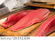 Купить «fresh tuna fish at japanese street market», фото № 29512634, снято 10 февраля 2018 г. (c) Syda Productions / Фотобанк Лори