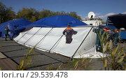 Купить «Group of rescuers setting up an army field tent, deploy campground on windy day», видеоролик № 29539478, снято 2 октября 2018 г. (c) А. А. Пирагис / Фотобанк Лори