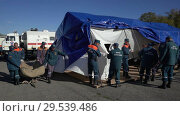 Купить «Rescuers setting up an army field tent, deploy campground on windy weather», видеоролик № 29539486, снято 2 октября 2018 г. (c) А. А. Пирагис / Фотобанк Лори