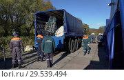 Купить «Group rescuers of Emercom of Russia unload truck with beds in tent field camping», видеоролик № 29539494, снято 3 октября 2018 г. (c) А. А. Пирагис / Фотобанк Лори