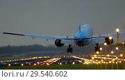 Купить «KLM Boeing 777 landing», видеоролик № 29540602, снято 28 июля 2017 г. (c) Игорь Жоров / Фотобанк Лори
