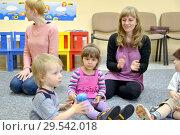 Дети занимаются вместе с родителями в студии творческого развития (2014 год). Редакционное фото, фотограф Ирина Борсученко / Фотобанк Лори