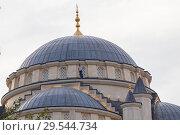 Купить «Чечня, Грозный. Чечня, Грозный. Мужчина стоит под куполом мечети им. Ахмат-Хаджи Кадырова (Сердце Чечни). Main mosque of the Chechen Republic - Akhmad Kadyrov Mosque (Heart of Chechnya)», фото № 29544734, снято 7 октября 2015 г. (c) Ольга Шуклина / Фотобанк Лори