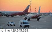 Купить «The plane performs taxiing at the airport taxiway», видеоролик № 29545338, снято 1 августа 2018 г. (c) Андрей Радченко / Фотобанк Лори