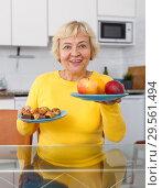Купить «Senior lady demonstrating advantage of healthy food», фото № 29561494, снято 25 октября 2018 г. (c) Яков Филимонов / Фотобанк Лори