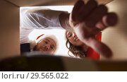 Купить «couple opening box with champagne on christmas», видеоролик № 29565022, снято 11 декабря 2018 г. (c) Syda Productions / Фотобанк Лори