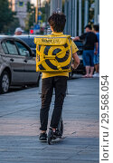 Купить «Доставщик Яндекс-еды на самокате», фото № 29568054, снято 2 августа 2018 г. (c) Сергей Неудахин / Фотобанк Лори