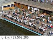 Купить «Отдыхающие люди в кафе «Оливковый пляж» на Пушкинской набережной. Район Якиманка. Город Москва», эксклюзивное фото № 29568286, снято 12 июня 2015 г. (c) lana1501 / Фотобанк Лори