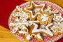 Купить «Домашние рождественские пряники. Свежеиспеченное имбирное печенье на круглой тарелке.», фото № 29572870, снято 11 декабря 2018 г. (c) ирина реброва / Фотобанк Лори
