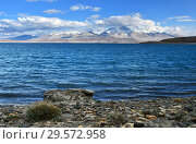 Купить «Священные озера Тибета. Озеро Ракшас Тал (Лакнгар-цо) летом», фото № 29572958, снято 13 июня 2018 г. (c) Овчинникова Ирина / Фотобанк Лори