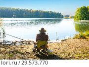 Купить «Беларусь. Рыбак ожидает поклевки на берегу озера», фото № 29573770, снято 16 октября 2018 г. (c) Зобков Георгий / Фотобанк Лори
