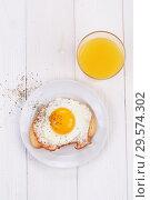 Купить «Яичница на ломтике белого хлеба с апельсиновым соком», фото № 29574302, снято 16 декабря 2018 г. (c) Марина Володько / Фотобанк Лори