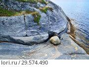 Купить «Beautiful rocky shore of the White sea. Bay Chupa, Karelia, Russia», фото № 29574490, снято 10 августа 2018 г. (c) Сергей Трофименко / Фотобанк Лори