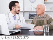 Old man visits doctor. Стоковое фото, фотограф Яков Филимонов / Фотобанк Лори