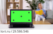 Купить «laptop with chroma key green screen on table», видеоролик № 29586546, снято 22 марта 2019 г. (c) Syda Productions / Фотобанк Лори