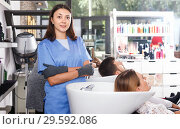 Купить «Portrait of girl hairdresser in gloves washing hair of smiling woman in salon», фото № 29592086, снято 25 апреля 2018 г. (c) Яков Филимонов / Фотобанк Лори