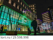Shadows at night set against the backdrop of an SEB Bank office building at Stjärntorget near the Mall of Scandinavia. Stockholm, Sweden. (2018 год). Редакционное фото, фотограф A. Farnsworth / age Fotostock / Фотобанк Лори