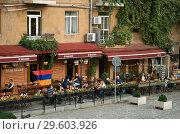 Купить «Люди отдыхают в уличном кафе, Ереван, Армения», фото № 29603926, снято 21 сентября 2018 г. (c) Инна Грязнова / Фотобанк Лори